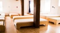 Den Schlafsaal hat eine Tischlerin mit Betten ausgestattet